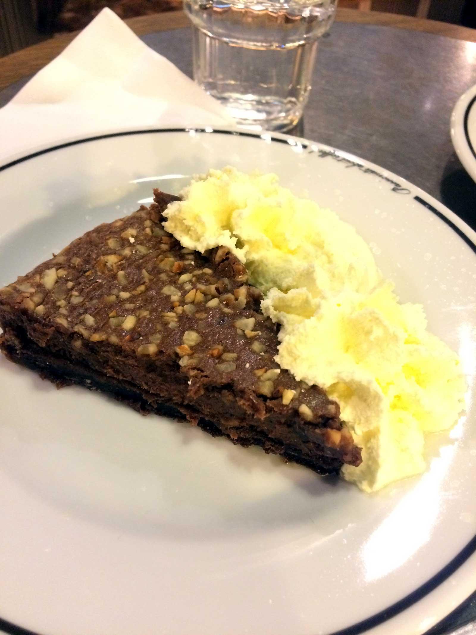 Cheesecake med choklad och hasselnötter på Espresso House