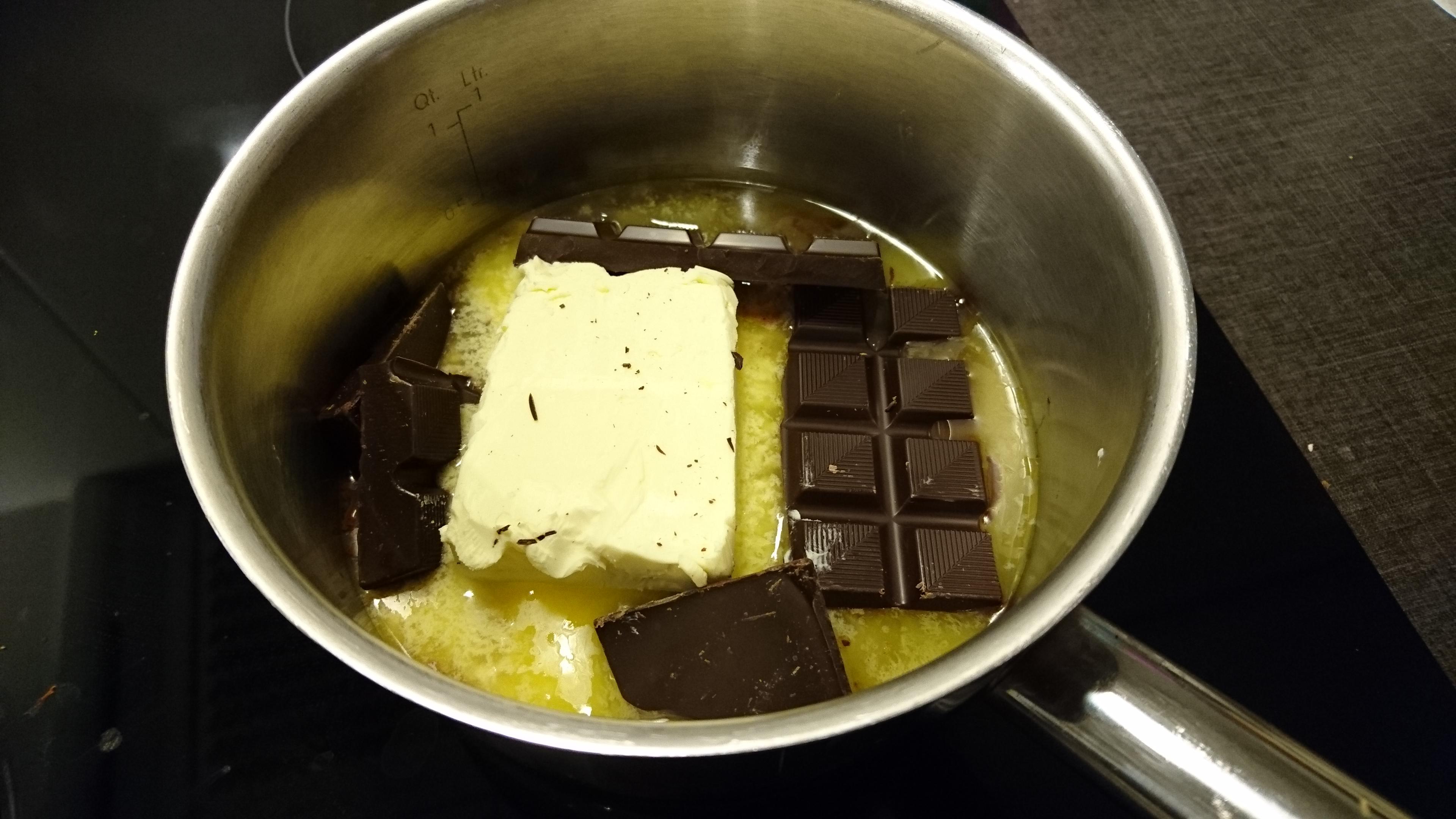 Smält den mörka chokladen tillsammans med smöret.