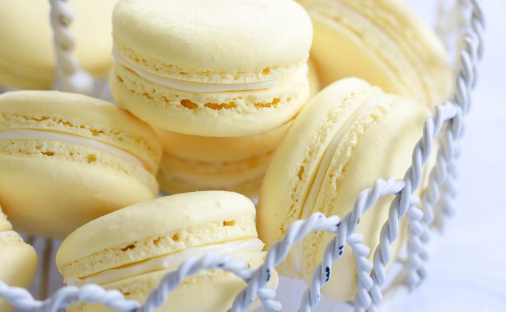 Gula macarons med vit choklad från Chic